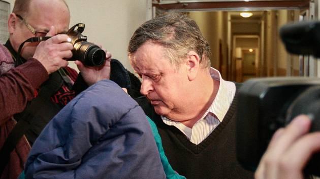 Bývalý exekutor Čeněk Bělasta na chodbě ostravského soudu.