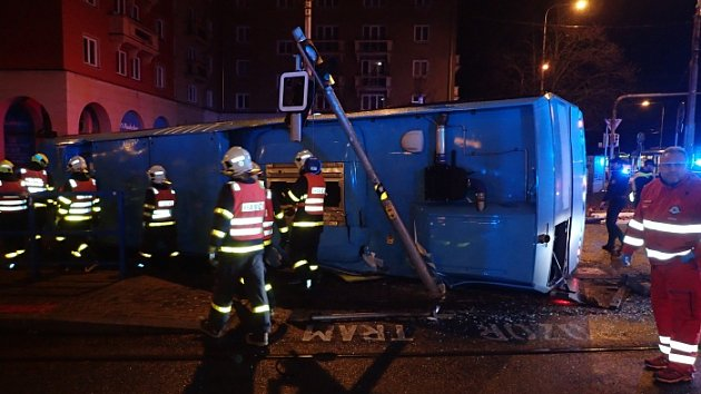Noční nehoda autobusu v Ostravě-Porubě