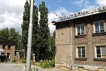 Chátrající administrativní budova a zdravotní středisko bývalé šachty u heřmanické točny trolejbusů.