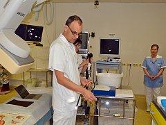 Primář Ondřej Urban předvádí nový typ endoskopu na vyšetření žlučových cest a vývodu slinivky břišní. Foto: