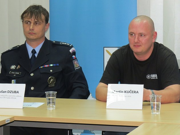 Gentleman silnic Martin Kučera (vpravo) sedí vedle Dušana Dzuby.