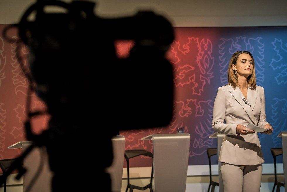 Moderátorka Daniela Písařovicová. Snímek z televizní debaty politických lídrů Moravskoslezského kraje.
