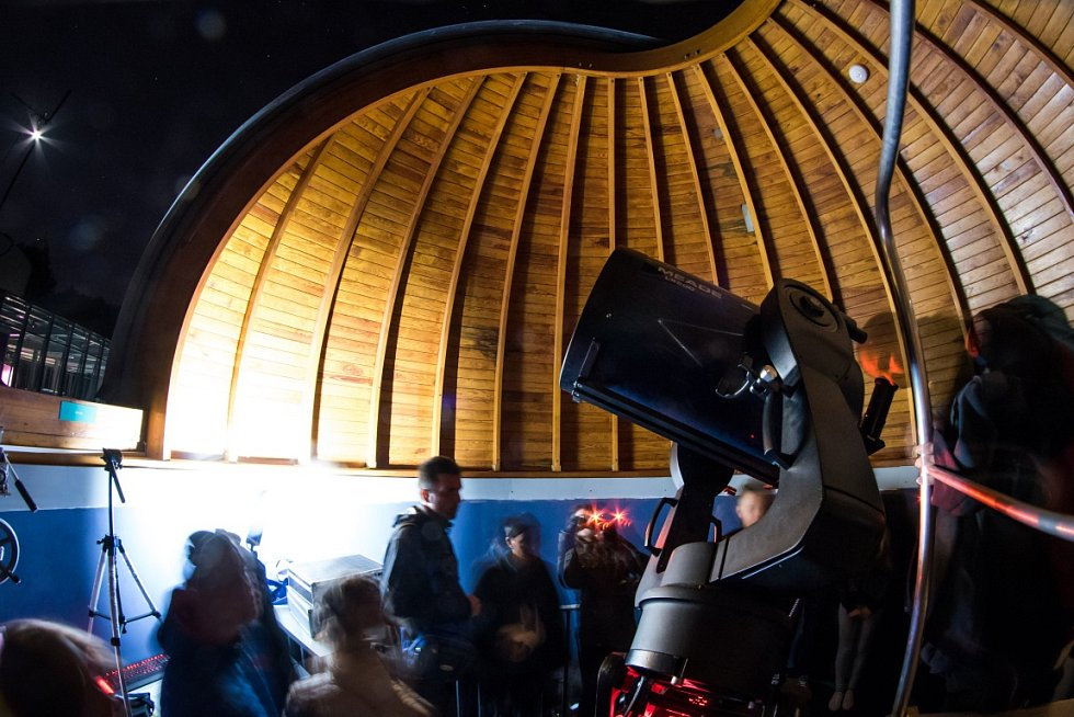 """Pozorování zatmění měsíce a načervenalého """"superúplňku"""" v ostravské hvězdárně a planetáriu v pondělí 28. září 2015."""