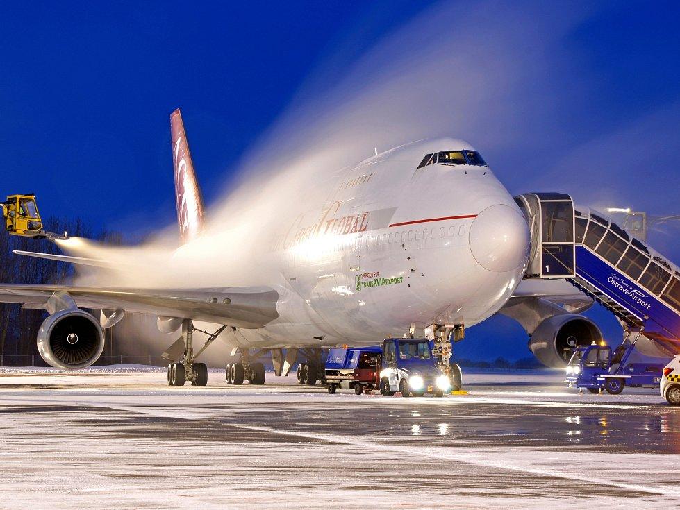 Ilustrační snímek. Nepříznivé přírodní podmínky v zimě. Ty určují, kdy se na Letišti Leoše Janáčka v Mošnově musejí před odletem odmrazovat letadla.