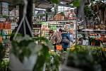 Lidé nakupují v obchodním řetězci Hornbach, 27. února 2021 v Ostravě.