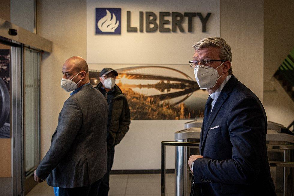 Tiskový briefing po jednání se zástupci skupiny Liberty a odboráři, 16. dubna 2021 v Ostravě. (vpravo) Vicepremiér Karel Havlíček.