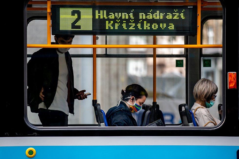 V celém Moravskoslezském kraji opět začala platit povinnost nosit roušku v MHD a v nákupních centrech, 18. července 2020 v Ostravě.