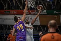 Basketbalová liga mužů - NH Ostrava – Ústí nad Labem, 12. prosince 2020 v Ostravě. V bílém domácí Justus Alleyn, který zaznamenal v zápase pouhé tři body a taky proto Nová huť padla.