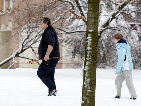 Během letošních Velikonoc se koledníci museli brodit sněhem.
