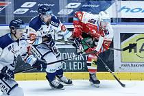 Hokejové utkání Tipsport extraligy v ledním hokeji mezi HC Dynamo Pardubice (v červenobílém) a HC Vítkovice Ridera ( v bílomodrém) pardudubické enterie areně.