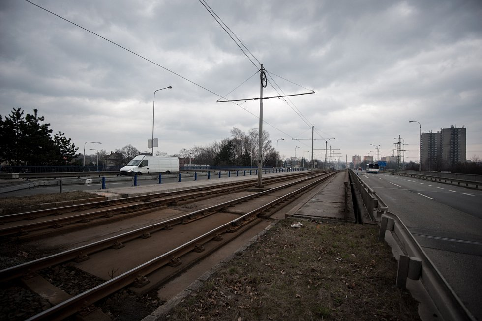 Plzeňské mosty. Tramvajovou dopravu zde na pět a půl měsíce nahradí autobusy, tramvaje pojedou odklonem.