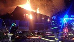 Požár, který v pondělí časně ráno zachvátil dvoupodlažní rodinný domek – montovanou dřevostavbu se sedlovou střechou.