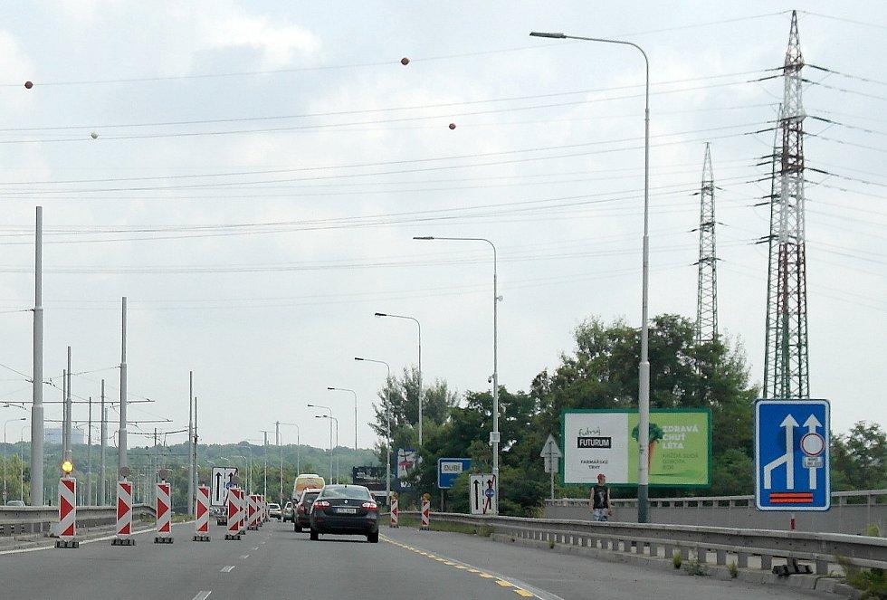 Mosty přes řeku Odru mezi Novou Vsí a Svinovem, rekonstrukce si zde vyžádá zúžení hustého provozu do jediného jízdního pruhu.