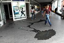 Pozůstatky protestu nespokojeného klienta před pobočkou Všeobecné zdravotní pojišťovny v Ostravě