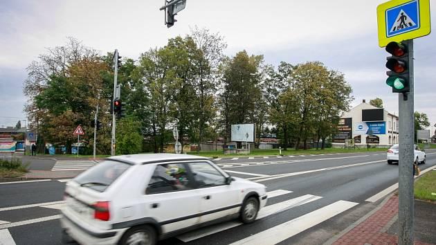 V těchto místech došlo ve čtvrtek ráno k další vážné dopravní nehodě. Brzdná dráha ukazuje, že řidička začala brzdit až těsně před přechodem.