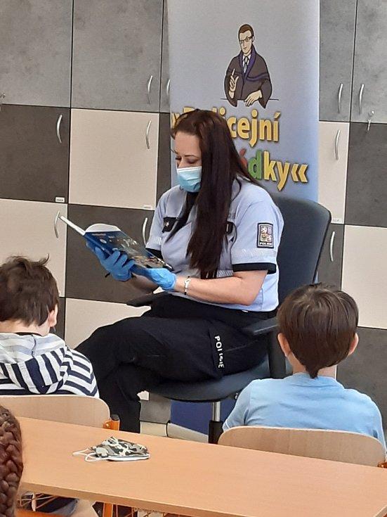 Moravskoslezské policistky četly dětem z knihy Policejní pohádky.