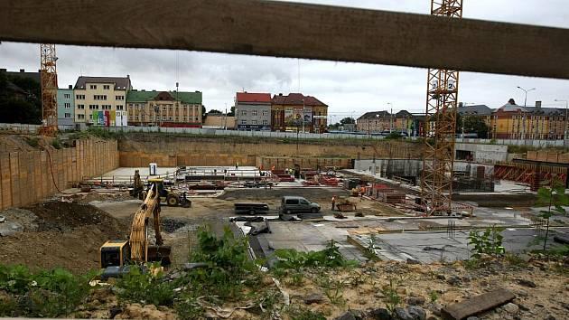 Základy jsou hotovy. Kancelářský objekt za 1,2 miliardy korun by měl být dokončen příští rok v září.