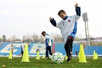 Dvaadvacet dětí se v pondělí na Bazalech zúčastnilo Dětského tréninku s Baníkem, který vedl současný kouč ligového celku Martin Pulpit.