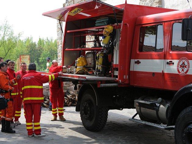 Hasiči, báňští záchranáři, zdravotníci i policisté se zúčastnili v sobotu na Slezskoostravském hradě akce Hrad žije první pomocí.