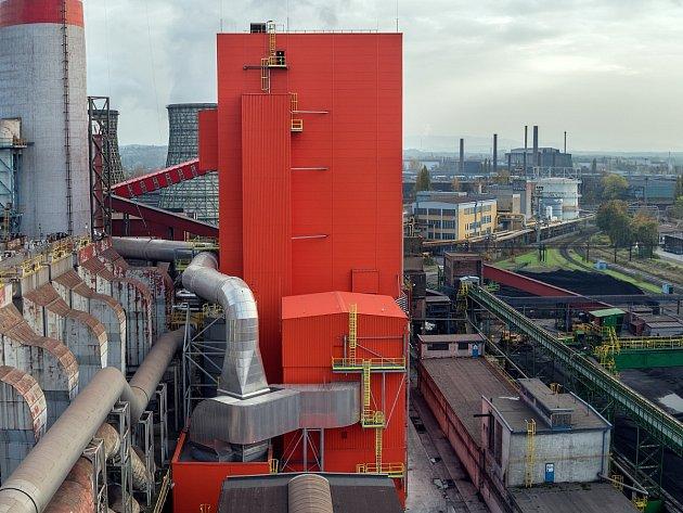 Kotel je 54 metrů vysoký a je zavěšen na ocelové konstrukci o hmotnosti přes 1200 tun.