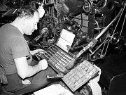 Práce na sázecím stroji Lino-type.