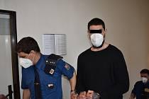 Muž připustil, že těhotnou přítelkyni napadl, odmítl ale, že by ji kopal do břicha.