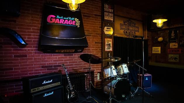 OPEN STAGE GARAGE je nová profesionálně vybavená scéna pro začínající kapely, ale třeba i pro stand-up komiky.