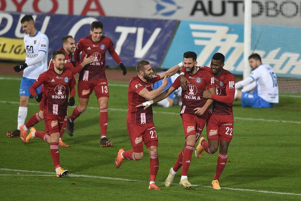Utkání 13. kola první fotbalové ligy: FC Baník Ostrava - Sigma Olomouc, 18. prosince 2020 v Ostravě. Olomouc oslavuje gól na 0:1 (střed) Martin Sladký z Olomouce, Jakub Yunis z Olomouce a Florent Poulolo z Olomouce).