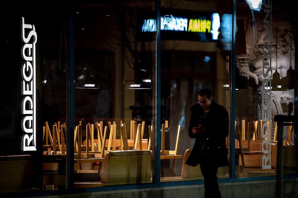 Zavřená Radegastovna na Masarykově náměstí 13. března 2020 v Ostravě. Vláda ČR vyhlásila dne 12. března 2020 stav nouze a rozhodla, že všechny restaurace a hospody budou kvůli koronavirovým opatřením uzavřeny ve 20:00.