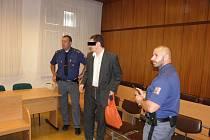 Muž čelí žalobě z vraždy otce a jeho třetí manželky, jejichž těla se nikdy nenašla.