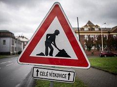 Dopravní značka A15 Práce na silnici v Lidické ulici s doplňující tabulkou.