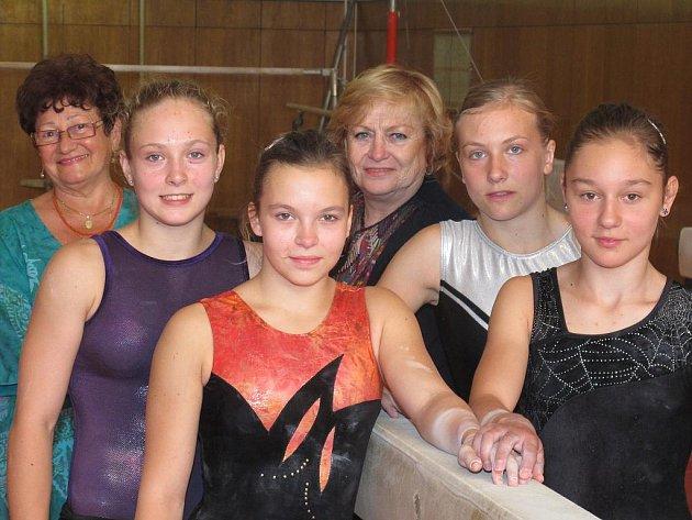 Na snímku z tělocvičny Sokola Moravská Ostrava 1 zleva A. Tačová, N. Chalupová, T. Schusterová, V. Čáslavská, V. Harázková a T. Ochynská.