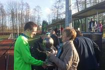 Fotbalisté Čeladné převzali od starostky města Vratimov Dagmar Hrudové trofej pro vítěze zimního turnaje.