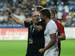 Kapitán Baníku Ostrava Milan Baroš takhle slavil s trenérem Bohumilem Páníkem páteční cenné vítězství 2:1 ve Zlíně.