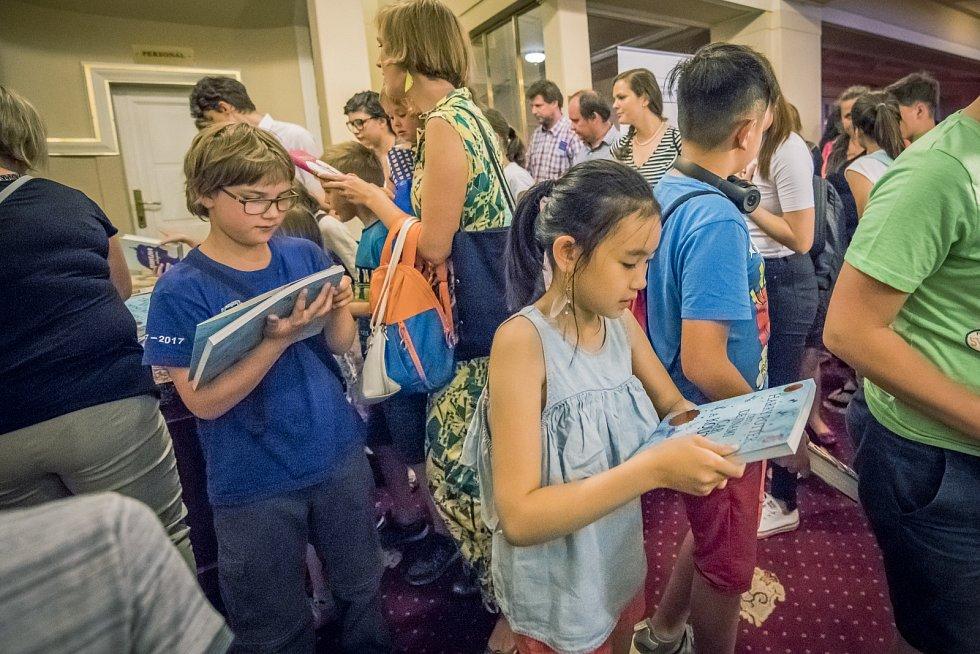 Děti si jako dárek odnášejí knížky z nakladatelství Albatros a Mladá fronta