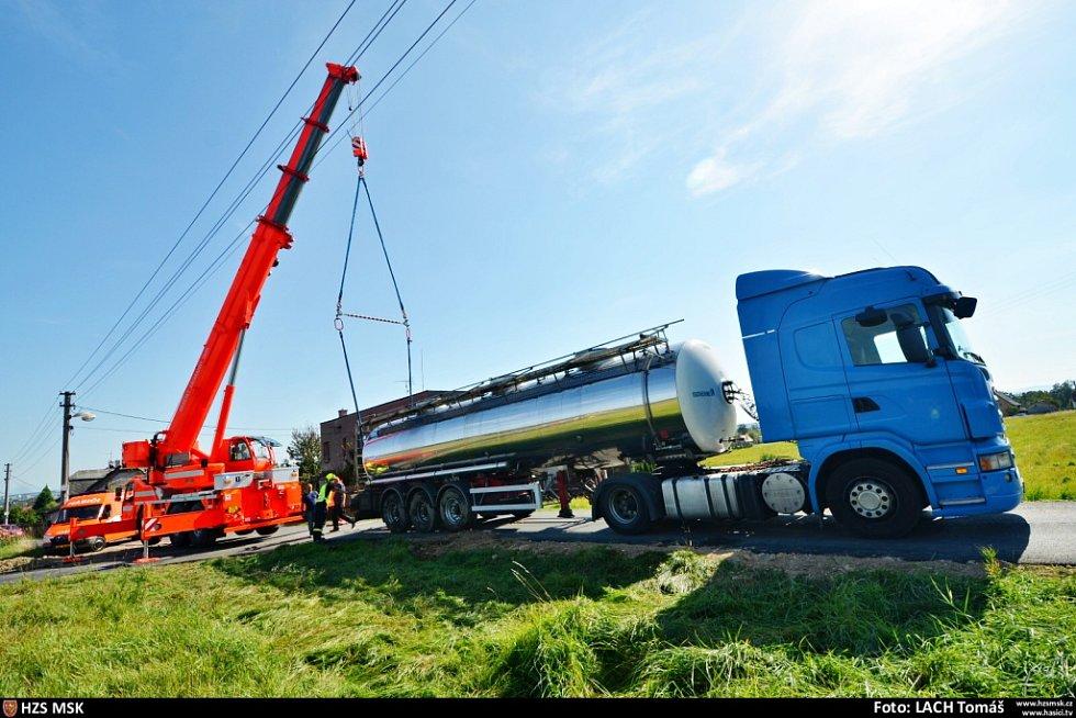 Tři jednotky hasičů zasahovaly ve čtvrtek 17. září v Šenově u nehody polského kamionu Scania, vezoucího těžkou cisternu s 30 kubíky řepkového oleje.