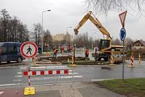 V Karviné-Hranicicíh u Kauflandu bylo prodlouženo omezení dopravy a výjezd z rondelu směrem k Rehabilitačnímu sanatoriu.