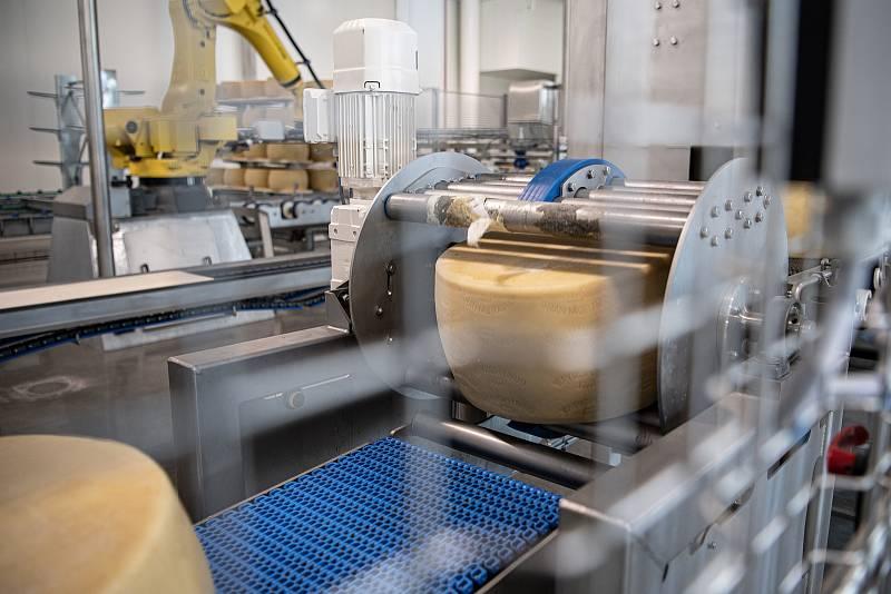 Robotizovaný sklad sklad sýrů společnosti Gran Moravia, 12. srpna 2021 v Cogollo del Cengio v provincii Vicenza, Benátsko, Itálie. Otáčečka bochníků.