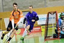 Gabriel Mertha (v modrém dresu) po návratu ve Švýcarsku hraje florbalovou Superligu v dresu Vítkovic.