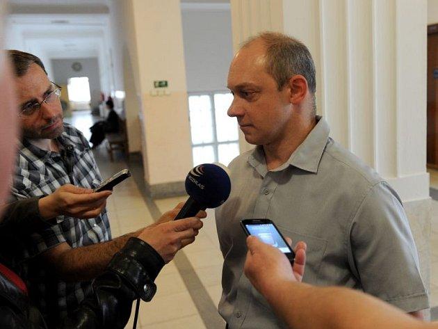 Jaromíru Šebestovi v případě uznání viny hrozí osm až šestnáct let vězení. K soudu přišel v doprovodu své maminky a obhájce Milana Gabriše.