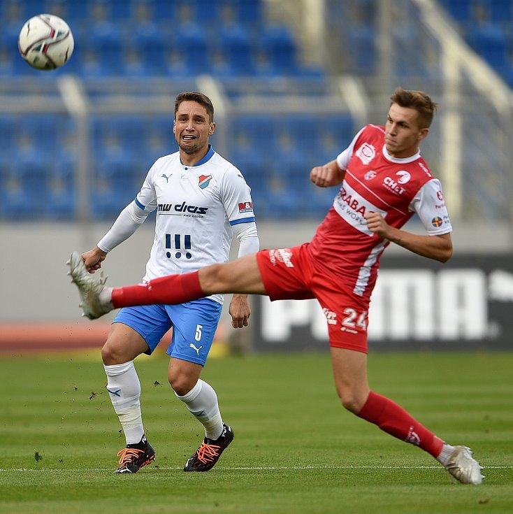 Utkání 4. kola první fotbalové ligy: FC Baník Ostrava - FK Pardubice, 19. září 2020 v Ostravě. (zleva) Adam Jánoš z Ostravy a Tomáš Solil z Pardubice.