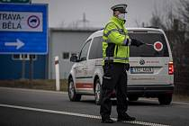 Policejní kontrola mezi okresy Ostrava a Paskov na ulici Místecká, 1. března 2021. Policie tento den začala kontrolovat, jestli lidé dodržují nová protiepidemická opatření omezující volný pohyb mezi okresy.