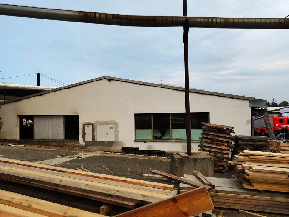 Hasiči zasahovali u požáru haly na zpracování dřeva na Bruntálsku se škodou 20 milionů.