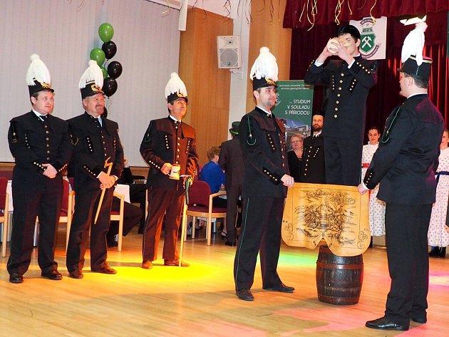SKOK PŘES KŮŽI je tradiční ceremonie, jež nechybí vrepertoáru jediného ostravského souboru věnujícího se havířskému folkloru.