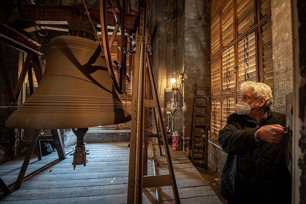 Zvony v katedrále Božského Spasitele. František Urban ukazuje zvon Salvator, březen 2021 v Ostravě.