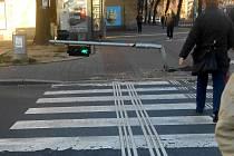 Poškozený semafor pro chodce.