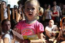 Půvabná židovská zpěvačka Mor Karbasi se v pátek odpoledne představila na kostelní scéně v rámci festivalu Colours of Ostrava.