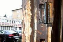 Stav dveří do domu č. 805/2 v ulici B. Martinů v Porubě odpovídá víceméně době postavení objektu.