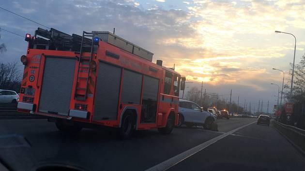 Hromadná nehoda komplikovala ve čtvrtek odpoledne dopravu do Poruby.