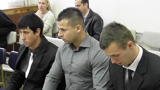 Mladíci z Opavska – zleva Denis Černý, David Frei a Jiří Sýkora – jsou obžalováni z loupežných přepadení starších žen.